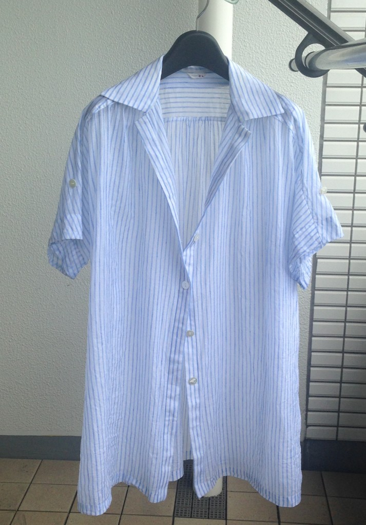 写真:襟を寝かせ、第3ボタンまで開けて干しているストライプシャツ