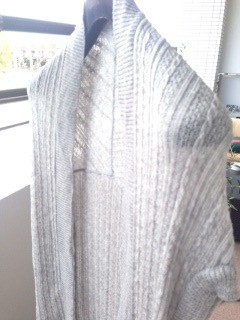 写真:スーツ用ハンガーに形を整えて干している様子
