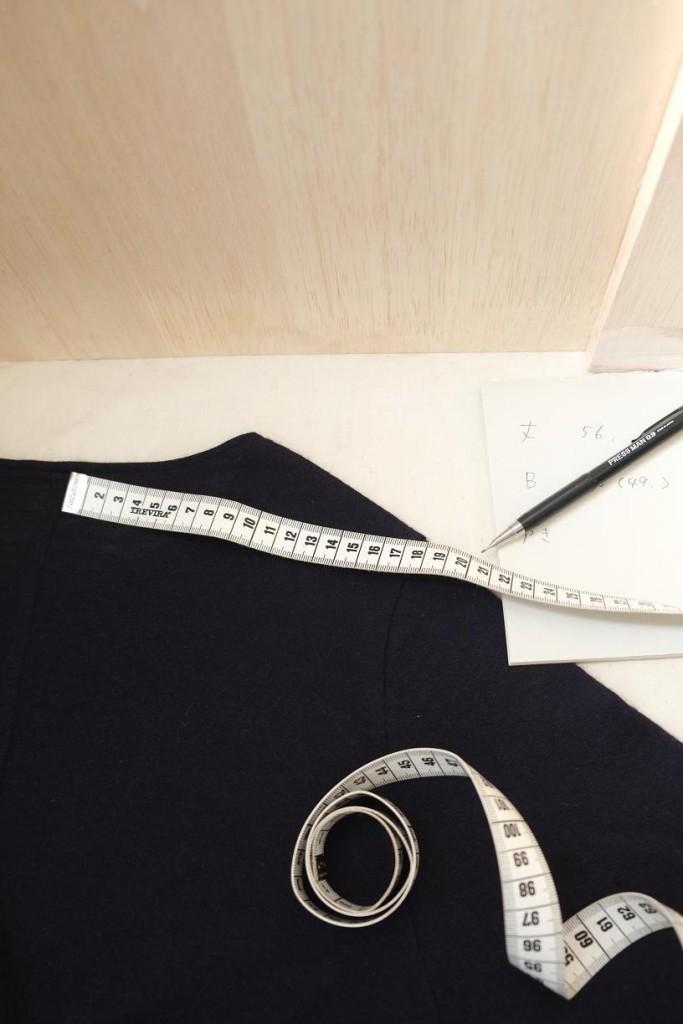写真:寸法を測ってメモしているところ