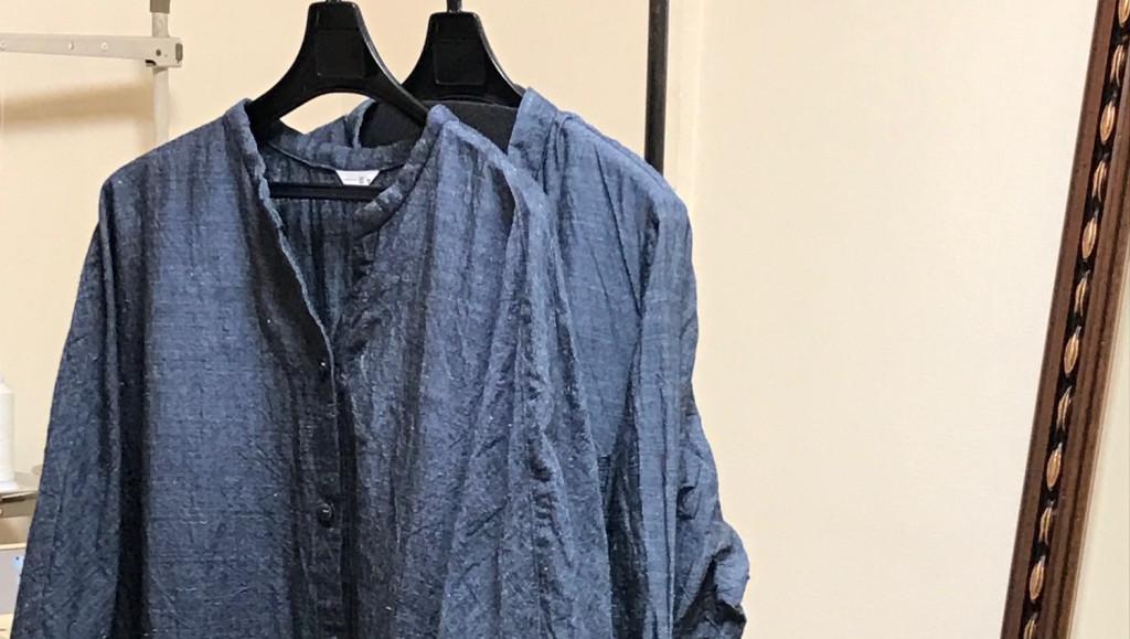 写真:お洗濯後のワンピースとコート。アイロン前のしわがある状態。