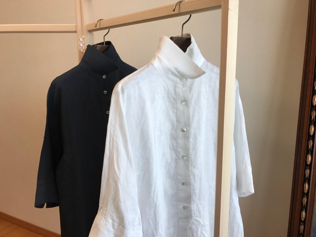写真:お洗濯後の白と黒のシャツ