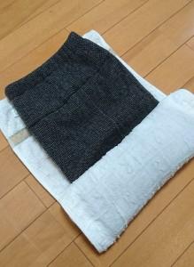 写真:服をタオルに巻き込むようにして脱水