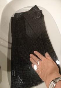 写真:たらいに水を張って押し洗い