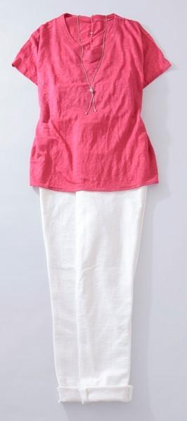写真:ローズピンクの半袖プルオーバーと白い細身パンツのコーディネート