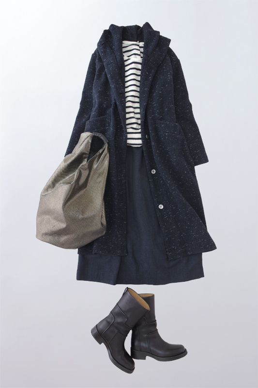 写真:タックスカートのコーディネート。ボーダーシャツとネイビーのコートを合わせて。
