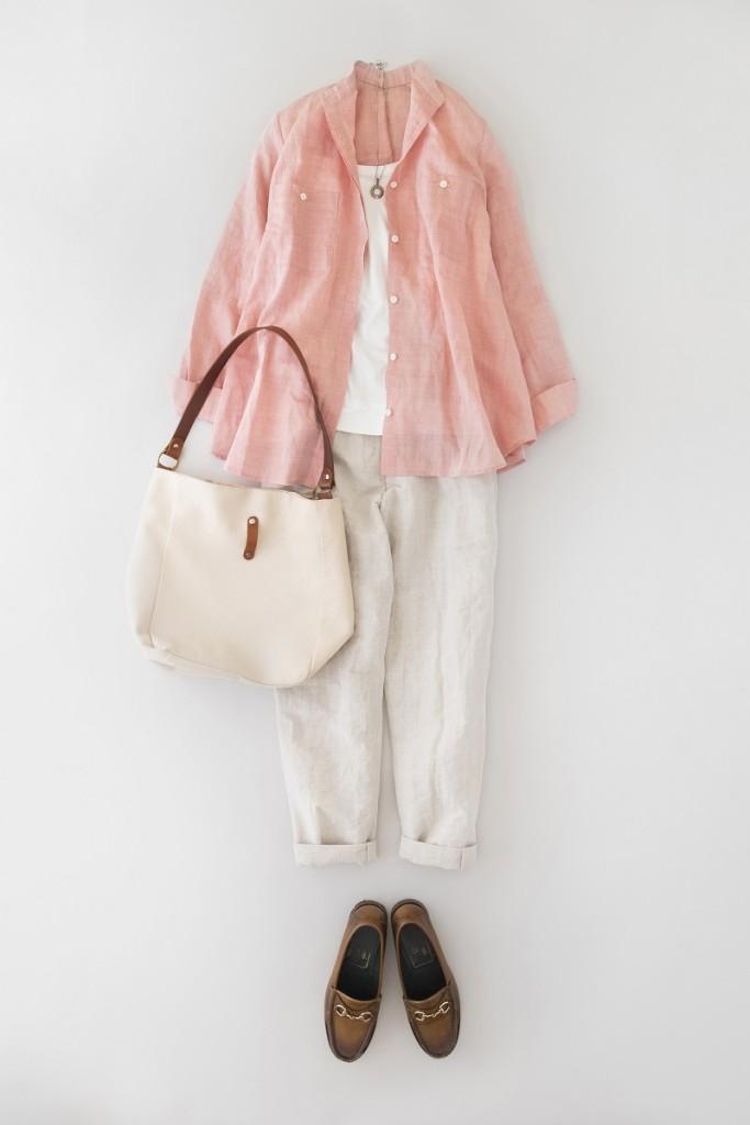 写真:ピンクのラミーコットン・シャンブレーブラウスのコーディネート