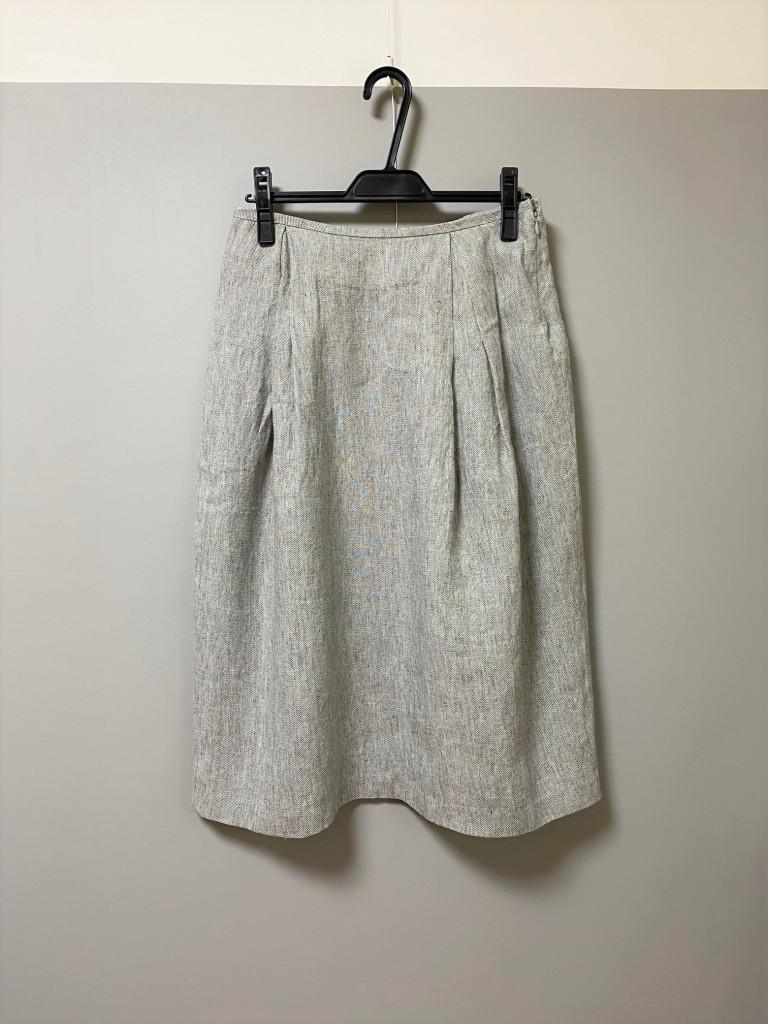 写真:グレーのスカート