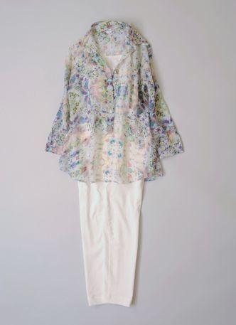 写真:花柄シャツと白の細身パンツ。