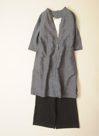 写真:白のインナーにグレーの羽織ワンピース、黒のガウチョパンツ。