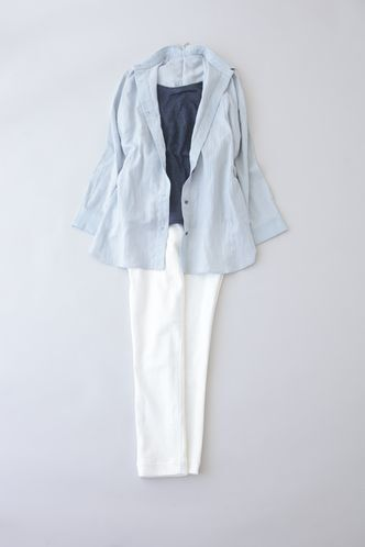 写真:トップスはネイビーのインナーにサックスブルーのシャツを羽織って。ボトムスは白の細身パンツ。