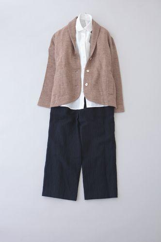 写真:白の丸襟シャツにネイビーのガウチョパンツ。ブラウンのジャケットを羽織って。