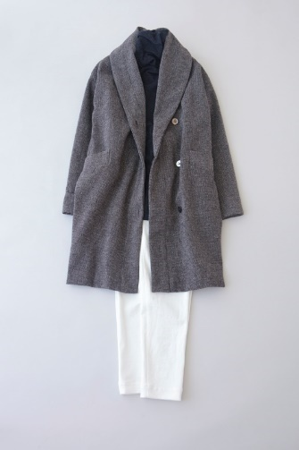写真:ネイビーのタートルネックに白の細身パンツ。グレーのコートを羽織って。