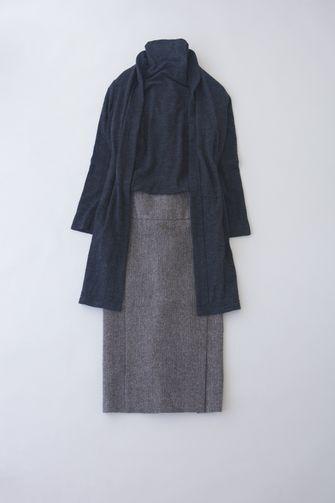 写真:ネイビーのタートルネックにグレーのスカート。ネイビーのロングカーディガンを羽織って。