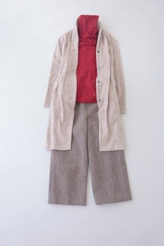 写真:赤のタートルネックにベージュのガウチョパンツ。ベージュのロングカーディガンを羽織って。