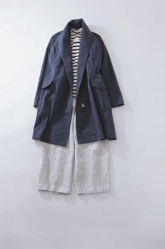 写真:白×ネイビーのカットソーにグレーのキュロットパンツ。ネイビーのコートを羽織って。