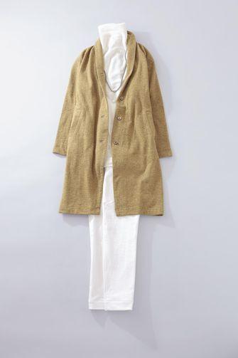 写真:白のタートルネックに白の細身パンツ。マスタードイエローのカーディガンコートを羽織って。