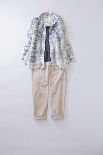 写真:トップスはネイビーのインナーに花柄のシャツを羽織って。ボトムスjはベージュのテーパードパンツ。