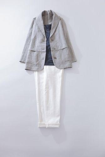 写真:トップスはネイビーのインナーにグレーのジャケットを羽織って。ボトムスは白の細身パンツ。