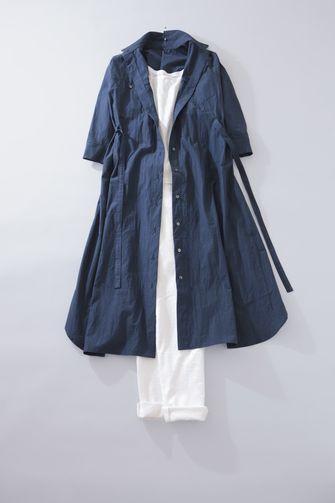 写真:白のインナーに白の細身パンツ。ダークブルーのシャツワンピースの前を開けてコートのように羽織って。