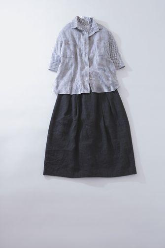 写真:ライトブルーのチェックの五分袖シャツに黒のスカート