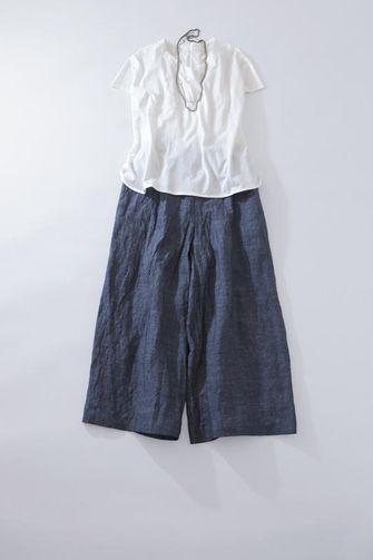 写真:白の半袖プルオーバーにダークブルーのキュロットパンツ。