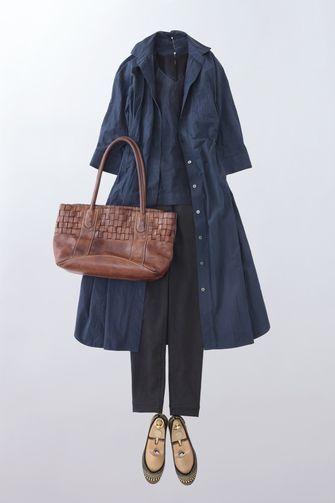 写真:ネイビーのインナーに黒の細身パンツ。ダークブルーの五分袖シャツワンピースの前を開けてコートのように羽織って。