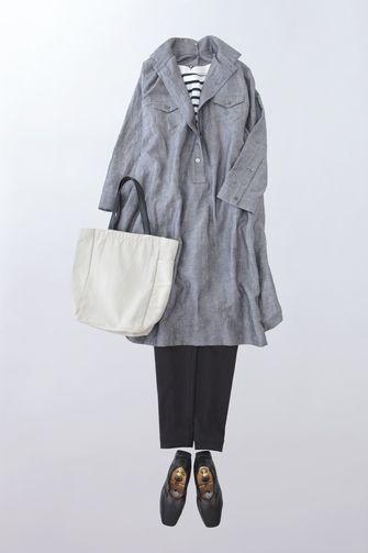 写真:白×ネイビーのボーダーカットソーにグレーのシャツワンピース。黒の細身パンツを合わせて。