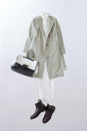 写真:白いタートルネックに白の細身パンツ。ライトグリーンのノーカラーコートを羽織って。