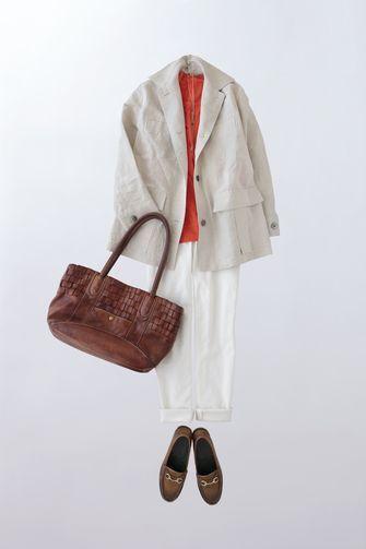 写真:トップスはオレンジのインナーに生成りのジャケット。ボトムスは白の細身パンツ。靴とバッグは茶色。