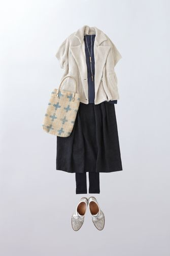 写真:トップスはネイビーのインナーに白い半袖ジャケット。ボトムスは黒いガウチョパンツにレギンスを合わせて。
