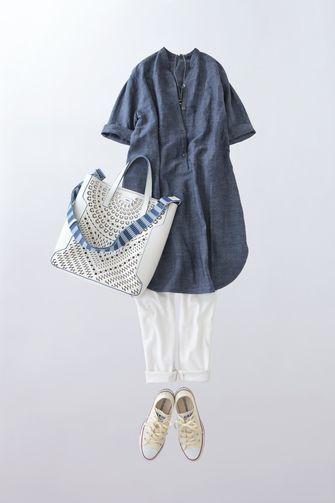 写真:ブルーのシャンブレーチュニックに白の細身パンツ。