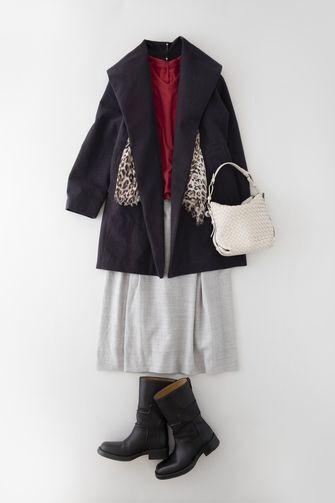 写真:赤いトップスにグレーのキュロットパンツ。黒いミドル丈コートと黒いブーツを合わせて、レオパード柄のストールをアクセントに。