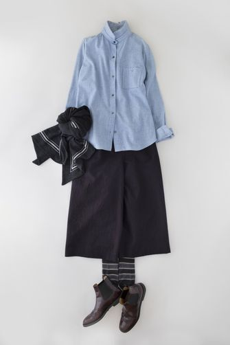 写真:サックスブルーのシャツにネイビーのキュロットパンツ