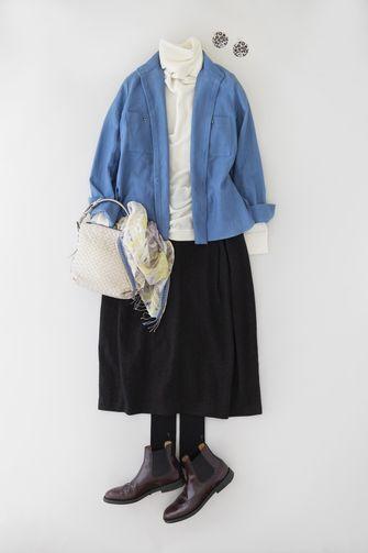 写真:トップスは白のタートルネックに明るいブルーのシャツを羽織って。ボトムスは黒のキュロットパンツ。