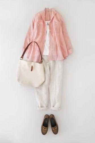写真:トップスは白のインナーに桜色のシャツを羽織って。ボトムスは生成りのテーパードパンツ。