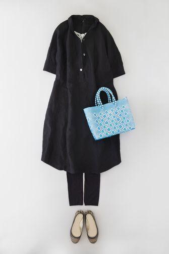 写真:黒の五分袖ワンピースに同色のレギンス。バレエシューズと水色のバッグで軽やかに。