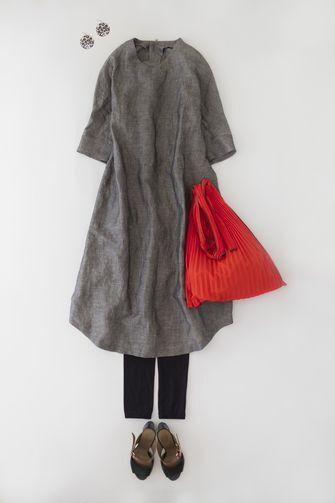 写真:グレーの五分袖ワンピースに黒のレギンス。赤いバッグを差し色に。