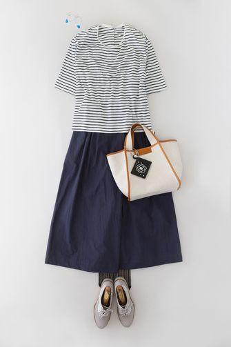 写真:白×ネイビーのボーダーTシャツにネイビーのキュロットパンツ。