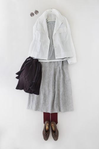 写真:トップスは白×ネイビーのボーダーTシャツに白いジャケットを羽織って。ボトムスはグレーのキュロットパンツにボルドーのレギンスを合わせて。