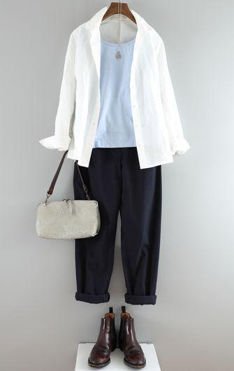 写真:トップスはサックスブルーのインナーに白いシャツを羽織って。ボトムスはネイビーのテーパードパンツの裾を折り返してショートブーツと合わせて。