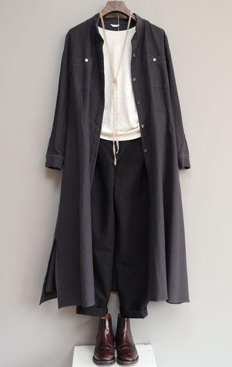 写真:白いクルーネックカットソーに黒のテーパードパンツ。ダークグレーのシャツワンピースの前を開けてコート風に。