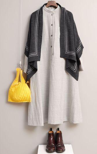 写真:生成りのスタンドカラーワンピースにダークグレーのストールを羽織って。黄色いバッグに茶色のショートブーツとコーディネート。