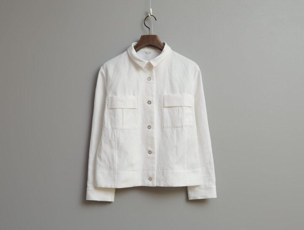 写真:すっきりシンプルなカジュアル・ジャケット。同色のボタンに、両胸に四角いフラップ付きポケット。