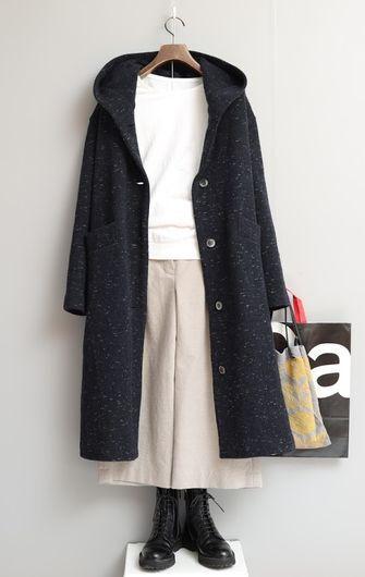 写真:白いクルーネックのカットソーに生成りのキュロットパンツ。フード付きのロングコートを羽織って。