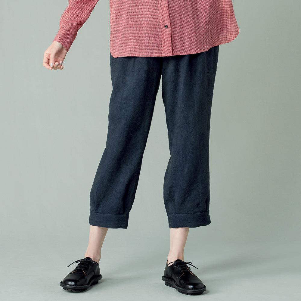 写真:墨黒のクロップド丈パンツ。