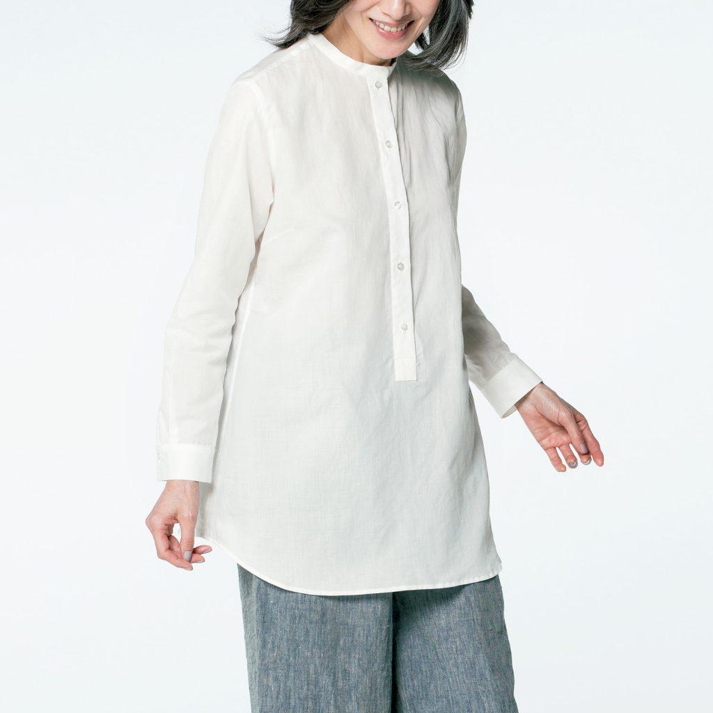 白いスタンドカラーシャツの着用写真。