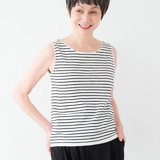 モデルの着用写真。白地に細めの濃紺ボーダー。