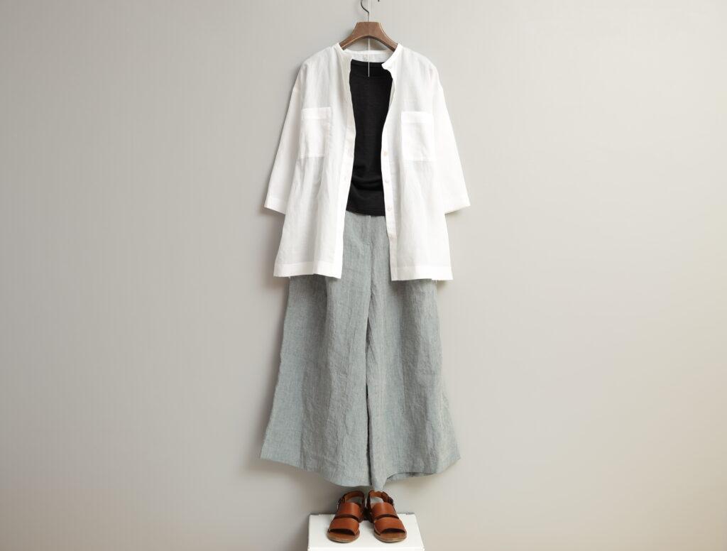 コーディネート写真:黒のインナーに白のオーバーシャツを羽織って。ボトムスはグレーのキュロットパンツ。