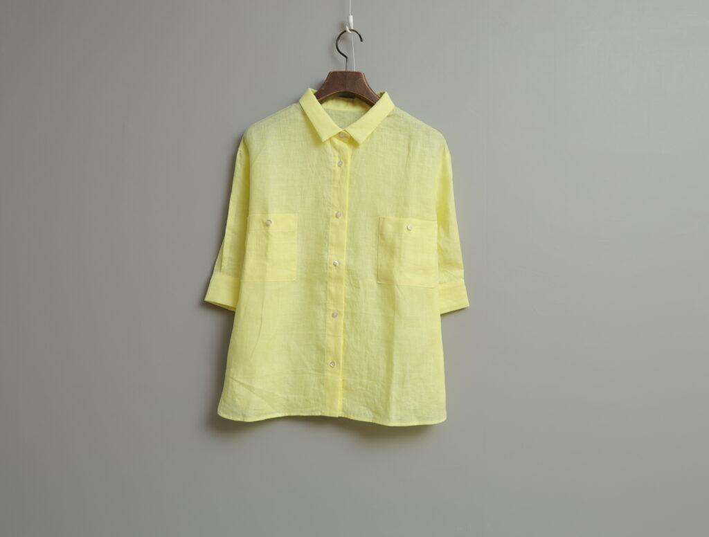 写真:角襟、両胸にボタン付きのポケット。裾はストレート。