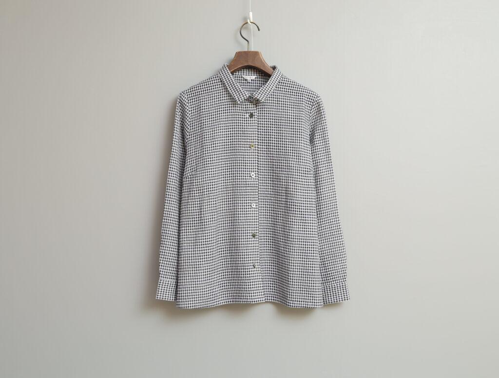 写真:角襟に裾はストレートで甘すぎない印象のギンガムチェックシャツ
